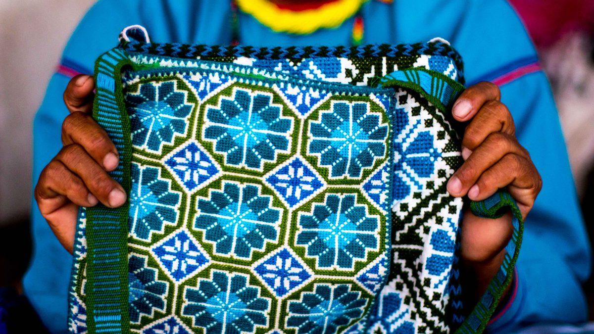 Uno de los bordados mexicanos más famosos es el huichol.