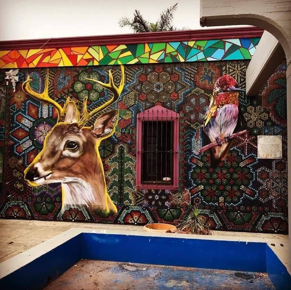 La Casa de la Cultura de Compostela brilla por sus murales.