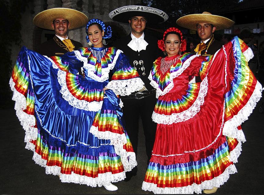 Personas vistiendo trajes Jalisco